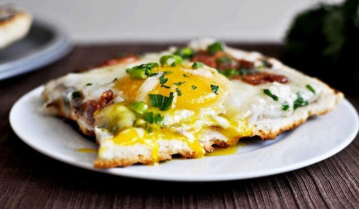 Pizza grigliata con uova e pancetta