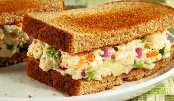 Sandwich con insalata di pollo