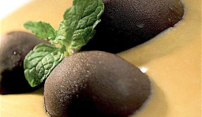 Sfere di cioccolato con crema alla liquirizia