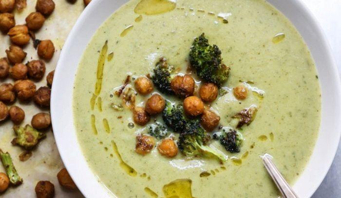 Zuppa di broccoli con ceci al curry
