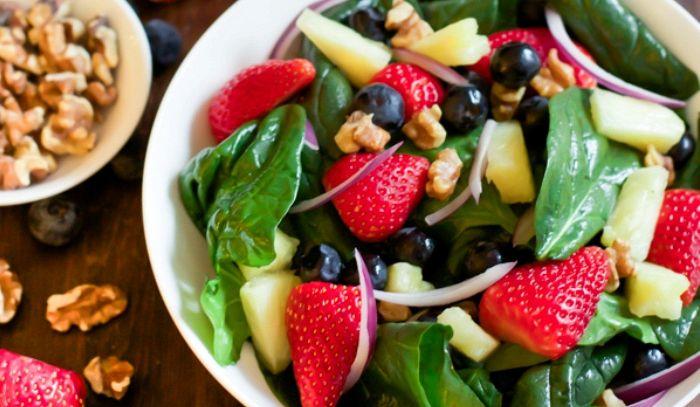 Insalata di frutta e spinaci