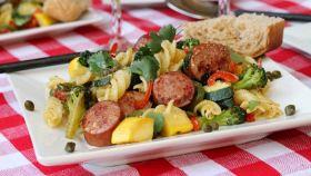 Fusilli all'insalata con verdure e salsiccia
