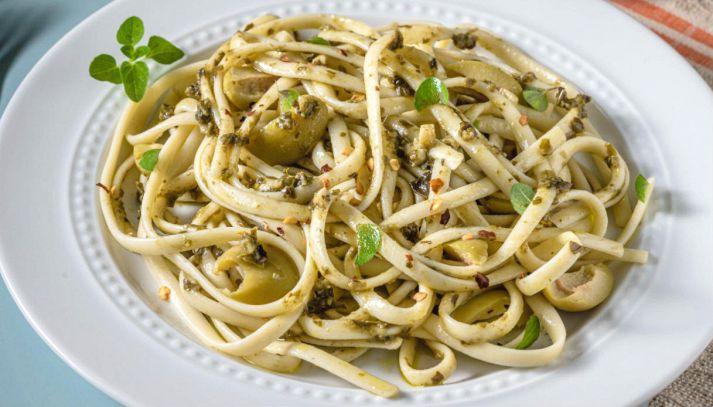 Pasta con pesto di olive verdi