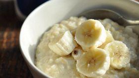 Porridge alle banane, la zuppa d'avena alla frutta pronta in 20'