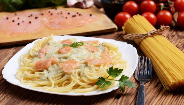 Noodles e salmone affumicato