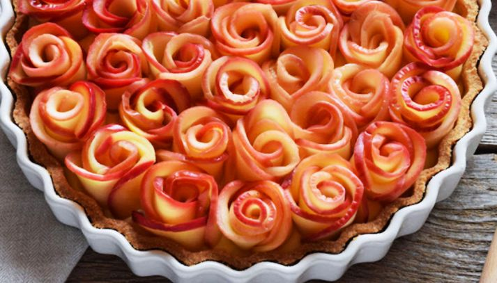 Crostata di rose e frutti