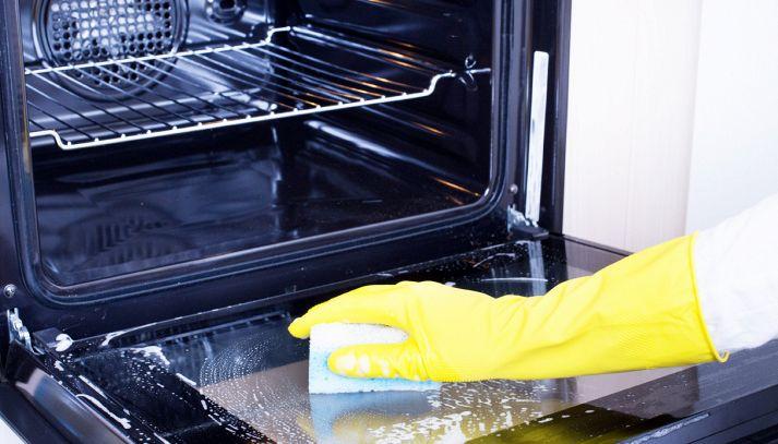 Forno incrostato, come pulirlo con bicarbonato e aceto