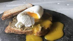 Uova in camicia e pane tostato