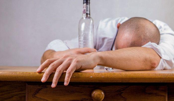 Birra e poi vino o viceversa? Risultato è sempre hangover