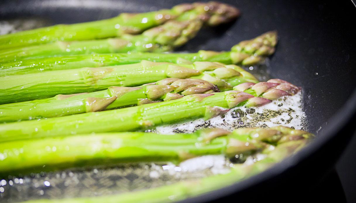 Ricetta Asparagi Verdi In Padella.Ricetta Asparagi In Padella Le Ricette Di Buonissimo