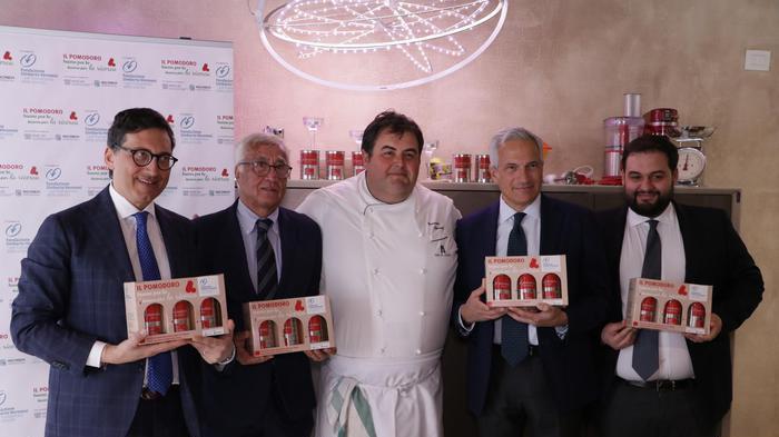 Tumori, pomodoro per la campagna della Fondazione Veronesi