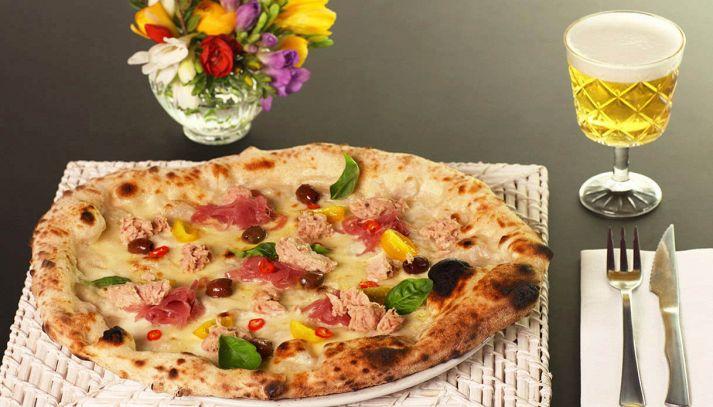 Pizza primavera con tonno Mare Aperto, pomodorini e mozzarella
