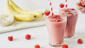 Smoothie con banana, fragole e latte di mandorla