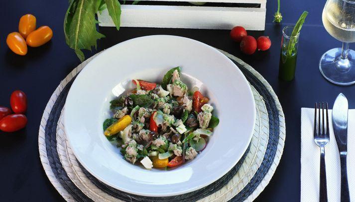 Insalata di Tonno Mare Aperto con feta e verdure di stagione