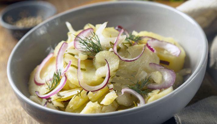 Insalata di patate e cipolle rosse con l'aceto