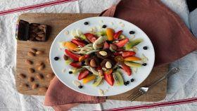 Pepite di mandorle in insalata di frutta e verdura