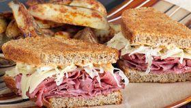 Come si prepara uno dei più famosi panini americani (buonissimo)
