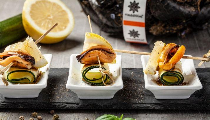 Girelle di zucchine marinate con spiedini di cozze Nieddittas