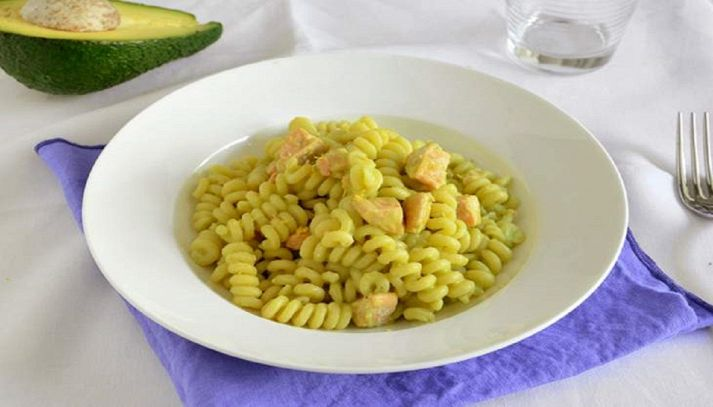 Pasta con salmone e avocado