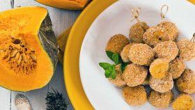 Crocchette di zucca ripiene al formaggio e l'antipasto è servito