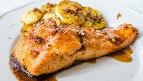 Filetto di salmone con salsa di miele e senape