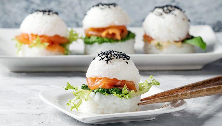 Mini hamburger di sushi con salmone affumicato