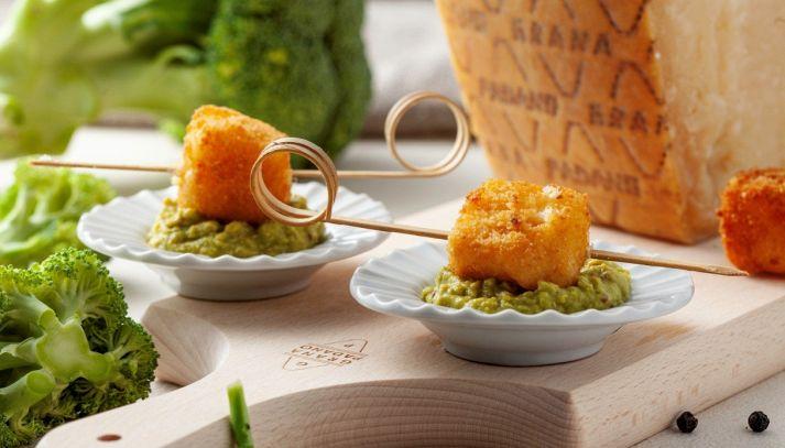 Spiedini di bocconcini di Grana Padano DOP su crema di broccoli