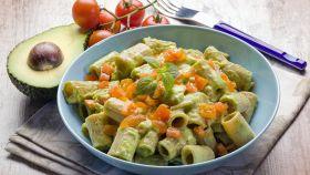 Pasta con avocado e pomodori, un mix originale e ricco di gusto
