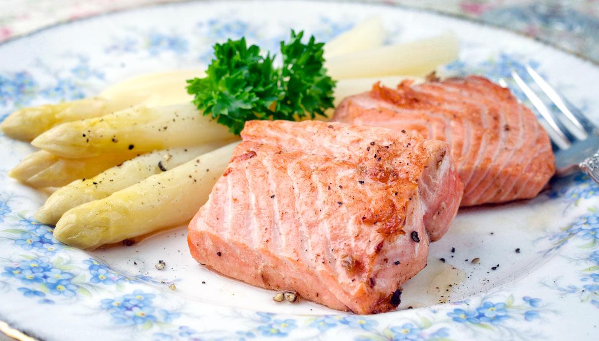 Ricetta Salmone Asparagi.Ricetta Asparagi Bianchi E Salmone Le Ricette Di Buonissimo