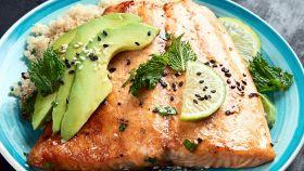 Salmone grigliato con quinoa e avocado