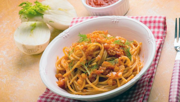 Spaghetti con finocchi e salsa di pomodoro