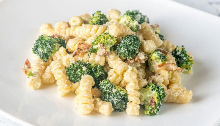 Pasta con broccoli, pancetta e ricotta