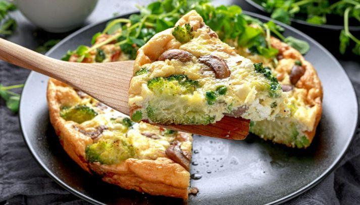 Frittata con broccoli, funghi e feta