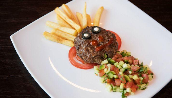 Omino di hamburger di carne con patatine fritte
