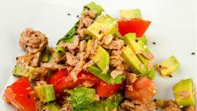 Fresca ricetta estiva con la bontà di tonno, pomodoro e avocado