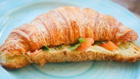 Croissant con salmone e formaggio cremoso