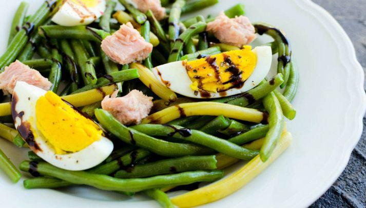 Insalata estiva con fagiolini, tonno e uova