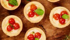 Mini tartellette con pomodoro e mozzarella