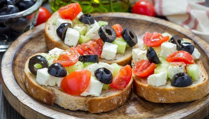 Crostini alla greca con pomodorini e feta