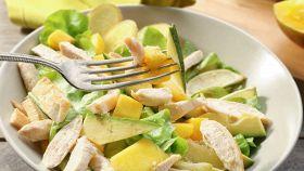 Insalata di vacanza con pollo, mango e avocado