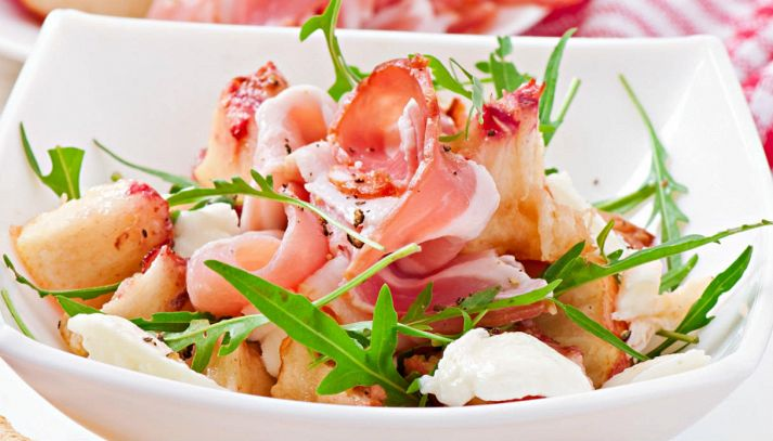 Insalata con pesche, mozzarella e prosciutto