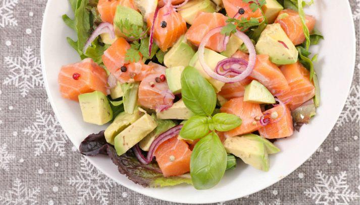 Insalata di salmone, avocado e cipolle di Tropea
