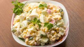 Insalata di surimi con cetriolo, mais e maionese