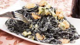 Linguine al nero di seppia con gamberi e zucchine