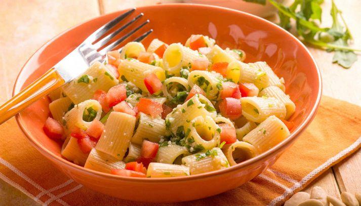 Pasta con pesto di rucola, mandorle e pomodorini