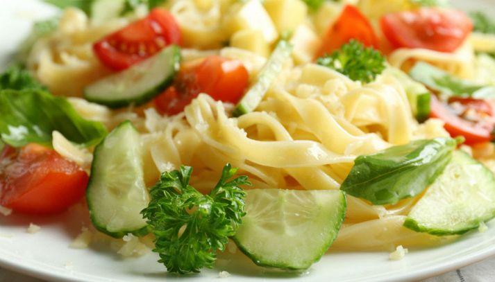 Tagliatelle con cetriolo e pomodorini
