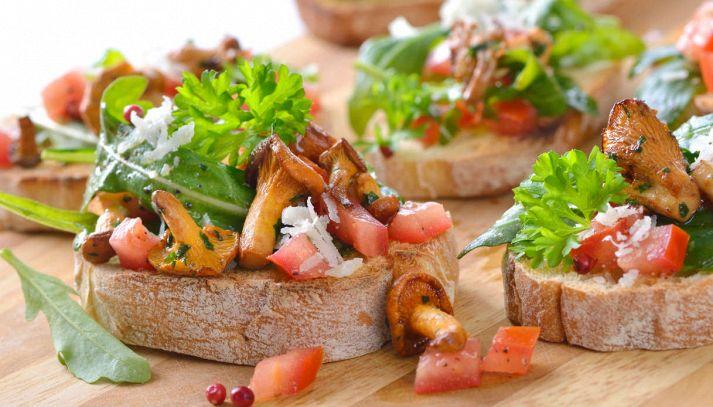 Tartine con rucola, pomodoro e finferli