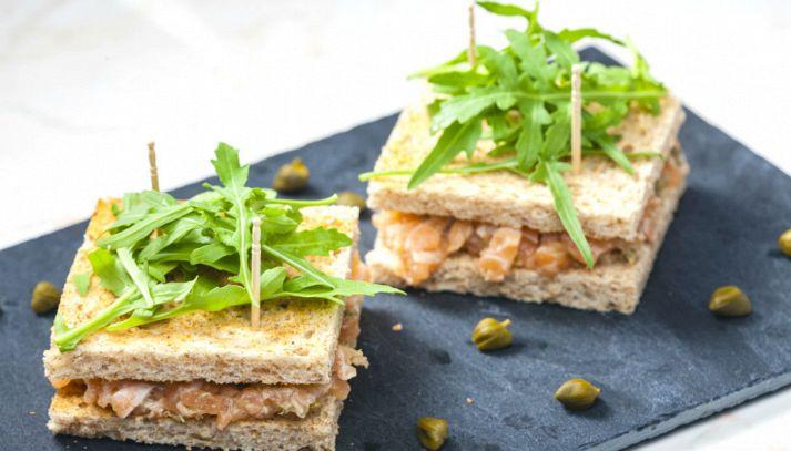 Tartine con tartare di salmone, capperi e rucola