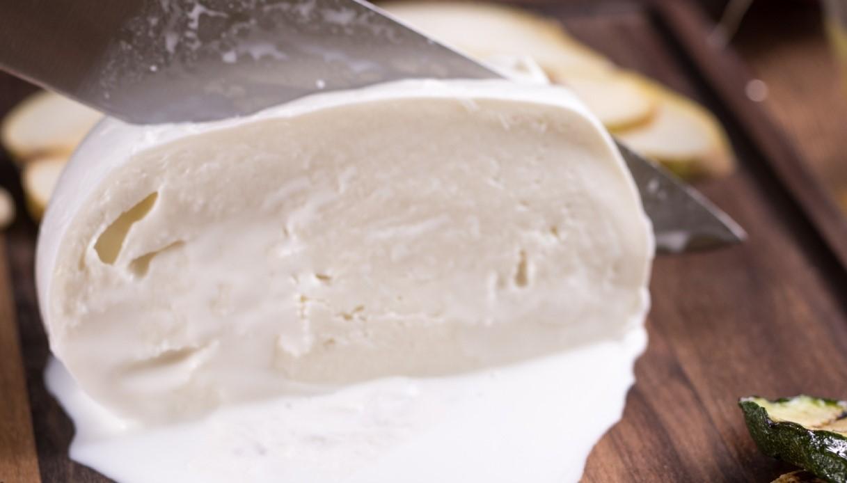 mozzarella bufala tagliata con coltello