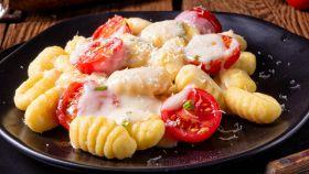 Gnocchi con pomodorini freschi e mozzarella